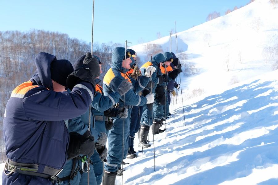 Камчатские спасатели провели занятия по поиску и спасению людей из-под лавин