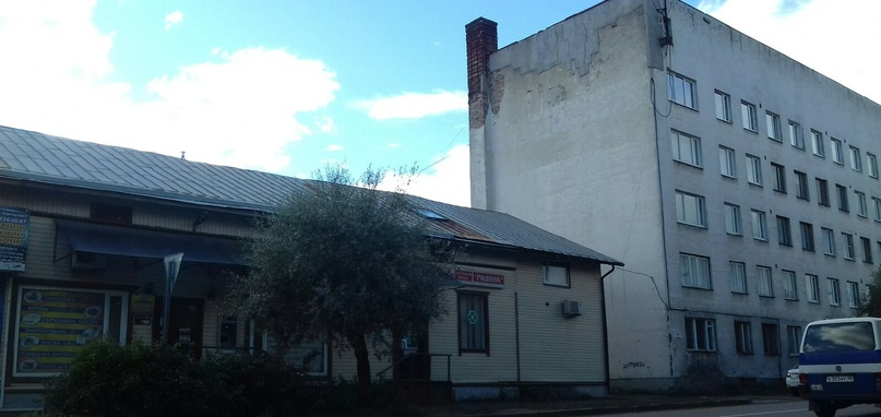Бывшие здания 111-й мотострелковой дивизии. Слева КПП (контрольно-пропускной пункт), справа здание, где находились кабинеты и квартиры в/сл дивизии.
