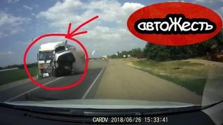 Охренеть. Автомобиль вылетел на встречку и протаранил фуру | автоЖесть [12]