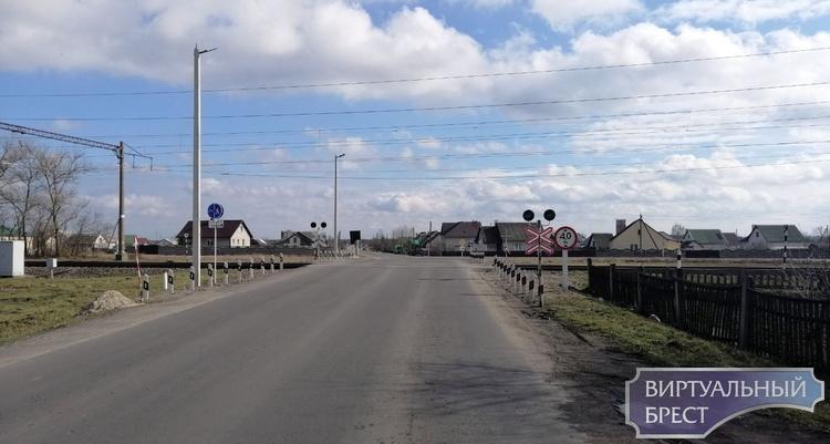 Почти на целый день закрывают ЖД переезд под Жабинкой. Зачем?
