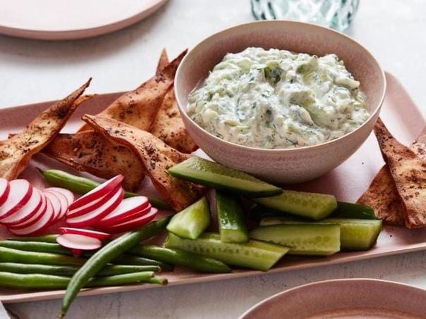 Традиционный греческий соус цацики  это превосходная закуска, которую можно подавать со свежими овощами, чипсами из питы или просто со свежим хлебом
