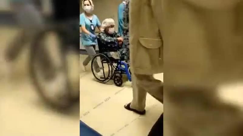 Очевидцы засняли Ефремова на инвалидной коляске в Боткинской больнице