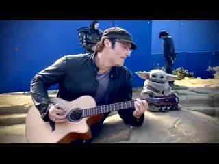 Родригес играет малышу Йоде