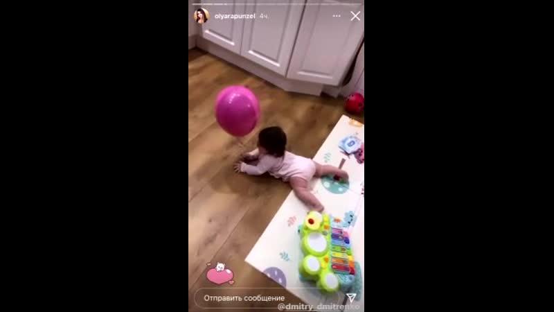 Ольга Рапунцель показала как умеет ползать её младшая дочь София