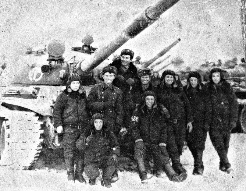 Л.П.Храмцов (крайний слева) во время службы.