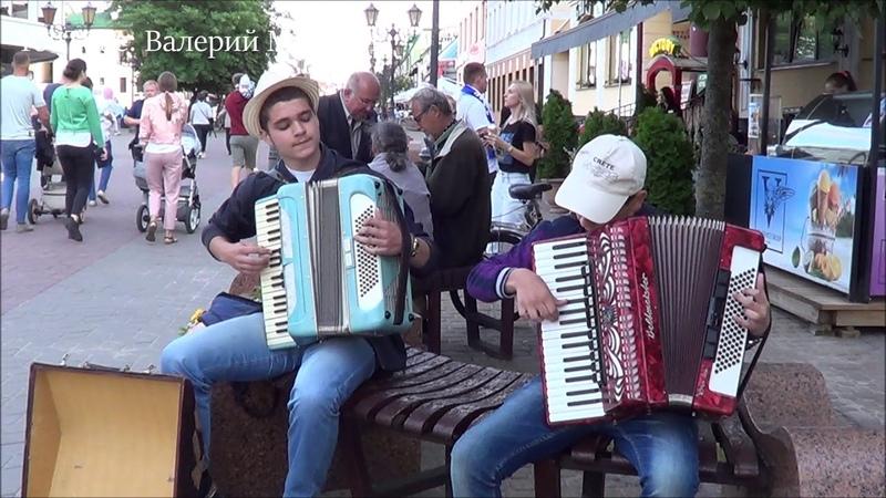 Дуэт аккордеонистов играет на улице! music