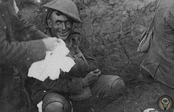 Контуженый Этот снимок сделан во время боев у французской деревни Курселет в сентябре 1916 года. Человек на фото стал жертвой контузии, одним из многочисленных признаков которой являются