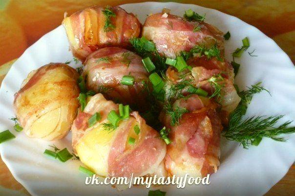 Картошка с начинкой в беконе в мультиварке.