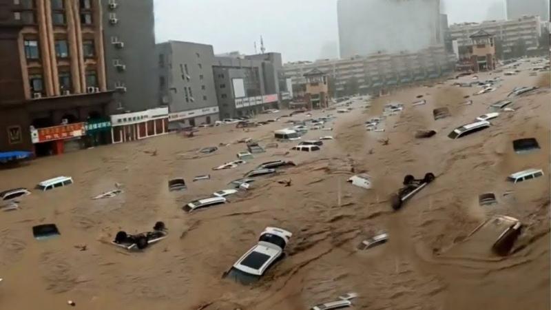 Апокалиптический Потоп в Испании 🙋 Вода смывает машины Жуткий Шторм Наводнение в городе Уэльва