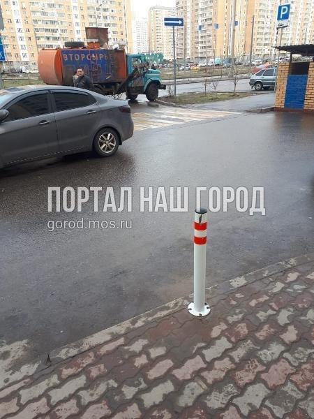 Коммунальщики восстановили антипарковочный столбик на проспекте Защитников Москвы