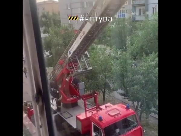 В районе башни стоят машины службы спасения и толпа любопытных людей Новости Тыва ⚡