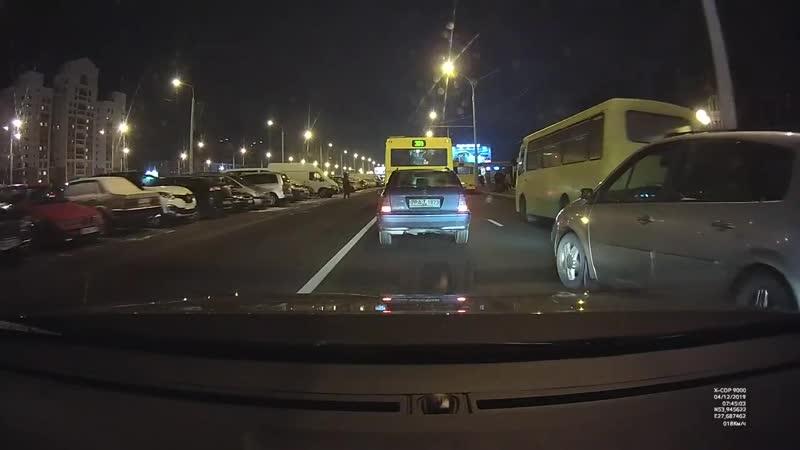Водитель Renault идет на таран