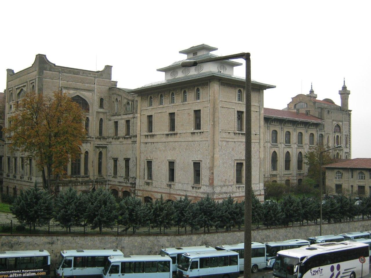 старинный университет на азиатской стороне Стамбула
