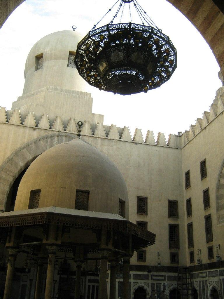 Старинные мечеть и мавзолей в центре города Каир