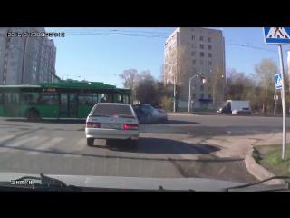 ✔ ОСОБОЕ МНЕНИЕ:  Троллейбус снес иномарку в Казани ()