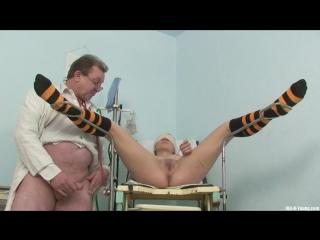 Молодая девка на осмотре у мужика гинеколога. ПОрно секс врач медсестра секс домашнее русское порно