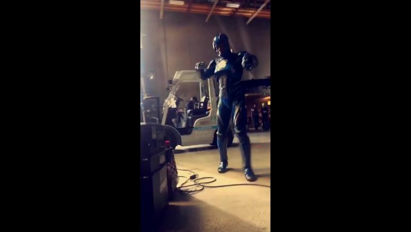 ЭрДжей (Билли, синий, фильм-2017) танцует в костюме