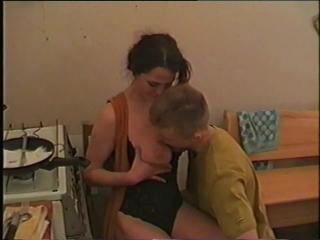 Порно с русскими зрелыми. Молодой парень трахает мамку друга