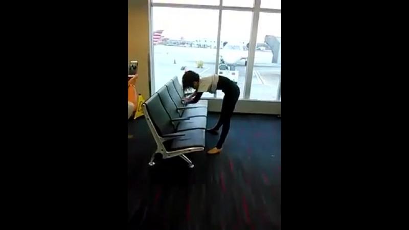 Limbo por debajo de los asientos del aeropuerto