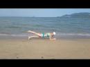 утроворк на пляже на фоне моря