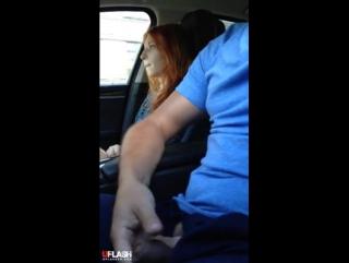 Парень подрочил член в машине перед симпотяжкой