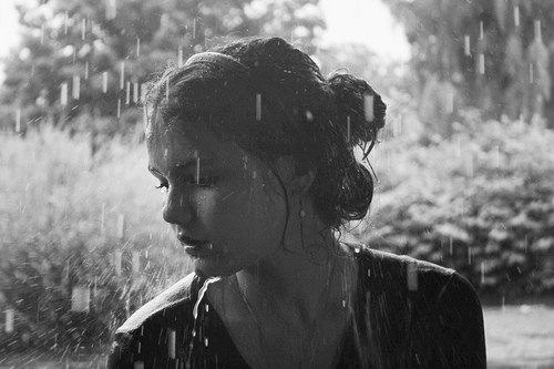 Картинки девушки плачут под дождем