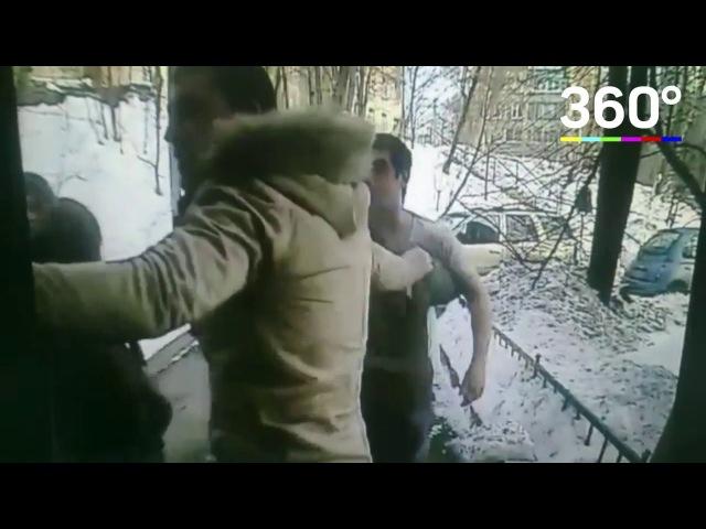 Пьяные хулиганы исцарапали в подъезде двух жителей Москвы