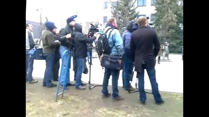 Луганск 12 апреля 2014 Митинг русвесны истребитель над ним