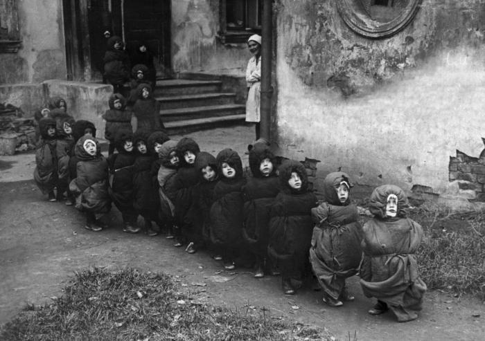 Дети в спальных мешках идут спать днем, СССР, 1930–е.
