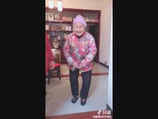 Четыре поколения под одной крышей: трогательный флешмоб из Китая