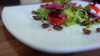 Мужская кулинария. Очень необычный салат из      интрига     ЖУКОВ!!!