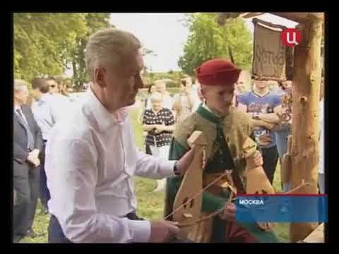Собянин играет на гудке с Сергеем Плотниковым репортаж на канале ТВЦ о ф ле Времена и эпохи