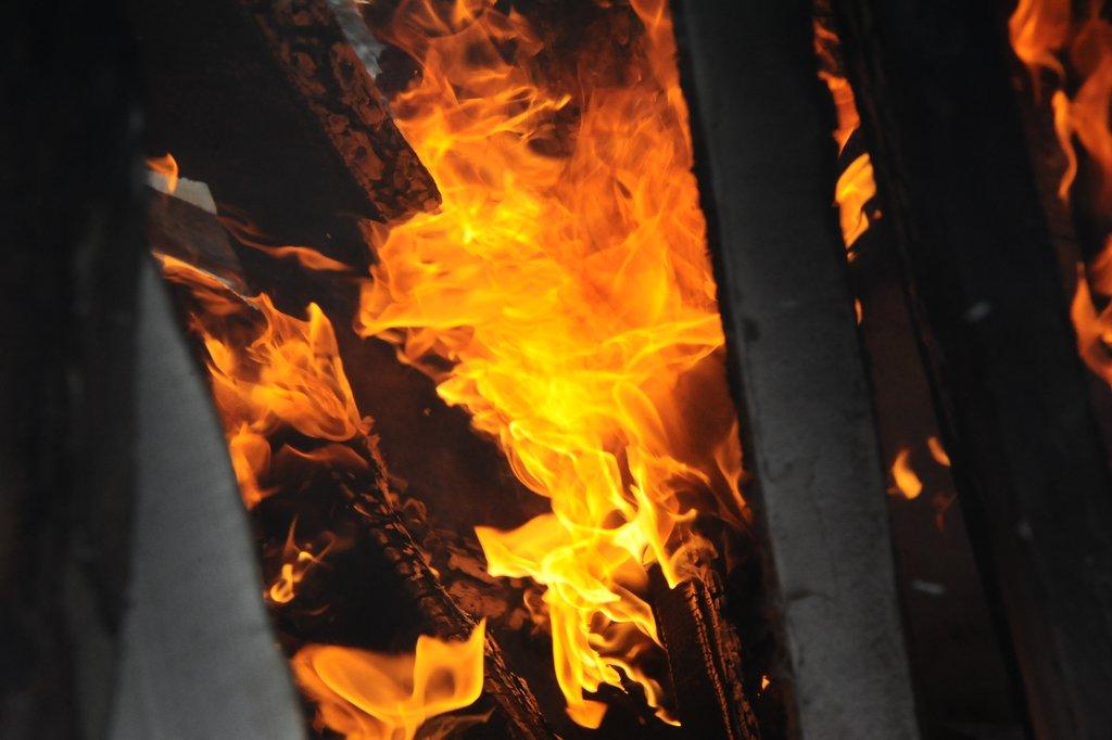 QlvRUZVn3WM - В Белово на пожаре погиб 44-летний мужчина Инцидент произошел в