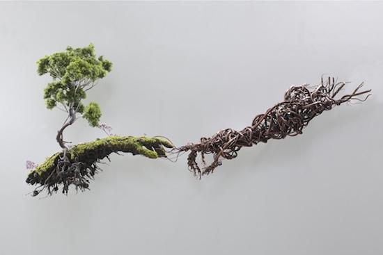 Всюду жизнь: оригинальные скульптуры, сделанные из растений и мха Французский художник Émeric Chantier создает замысловатые скульптуры из мха, сорняков и диких растений. Излюбленный сюжет автора