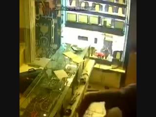 В Иране трое мужчин ограбили ювелирный салон, зверски убив продавца.Их поймали и публично вздернули перед этим салоном.