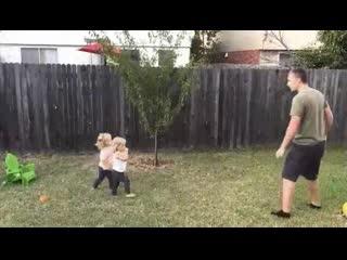 Отец учит своих дочек как делать колесо 😆
