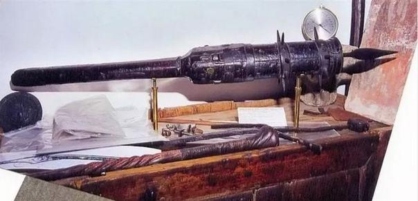 Средневековая дубинка с замаскированным огнестрелом Немецкие наемные пехотинцы эпохи Возрождения - ландскнехты - использовали такое грозное оружие как Кропило святой воды. Оно представляло