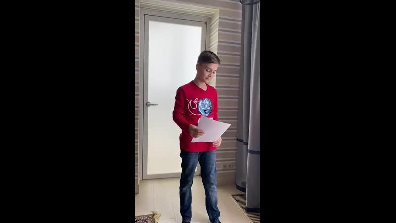 Иван очень старается порадовать своей песней. Музыкальные каникулы 2020