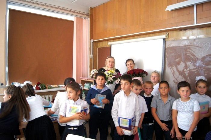 Представители прихода поздравили с профессиональным праздником педагогов школы №11 ст. Нижнебаканской