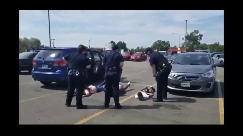 Мать и четверо детей были закованы в наручники под дулом пистолета полиция приняла их внедорожник за украденный мотоцикл