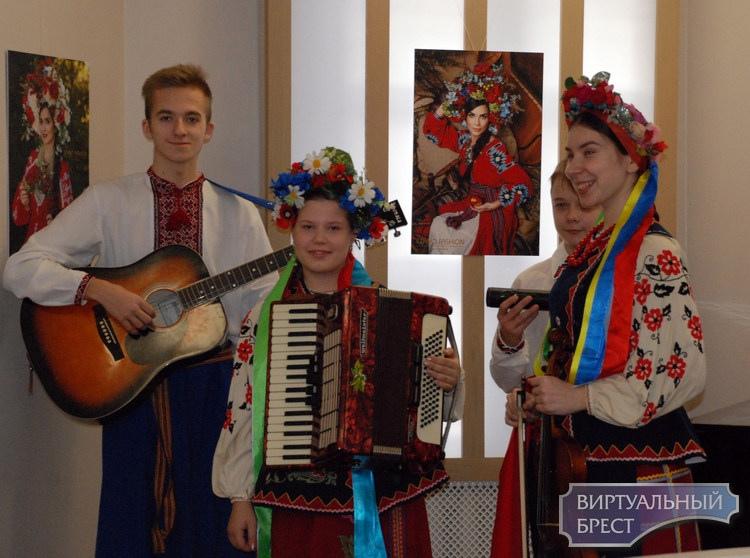 """В Бресте открылась выставка """"Миру тобі, Україно!"""". На фото много красивых женщин"""