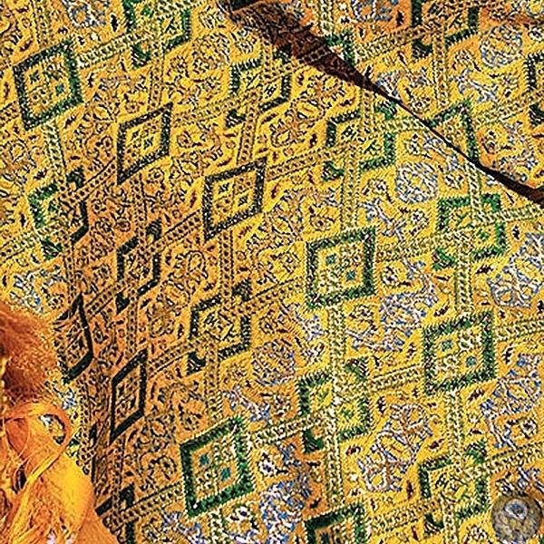 СУВЕНИРЫ ИЗ ИРАНА Терме - ткани терме - невероятно сложное искусство. Мастер переплетает шерстяные, шелковые, золотые и серебряные нити на особой прядильной машине, а его помощники - гушваребанд