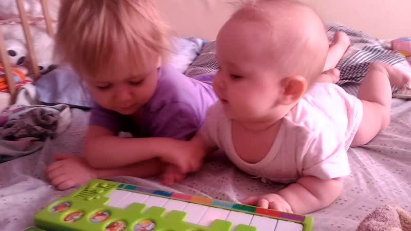 Маша и Даша маленькие) играет на пианино