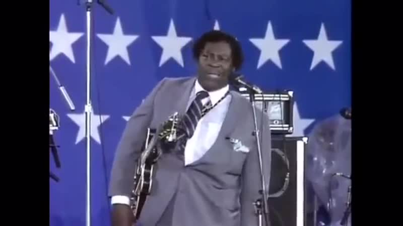 BB King breaks a guitar string in the middle of a performance, but...