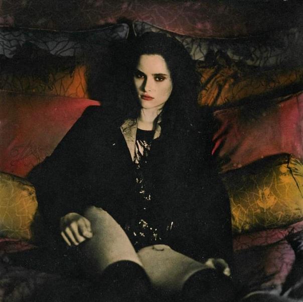 Эллен Роджерс (1983), английская фотохудожница, которая принципиально не пользуется фотошопом, только исключительно плёночным фотоаппаратом. У Роджерс нет кумиров среди фотографов. На её