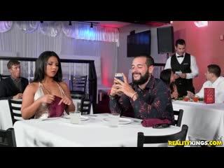 Официант трахнул в туалете Rose Monroe пока ее парень ждал за столиком
