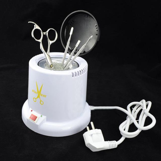 Для маникюрных инструментов обычно используется стерилизатор.