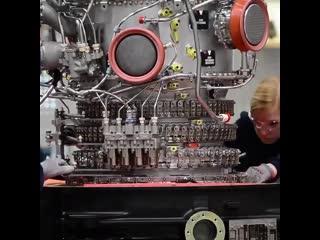 Montage eines Rolls-Royce Pearl 15 Triebwerks in einem Werk in Deutschland