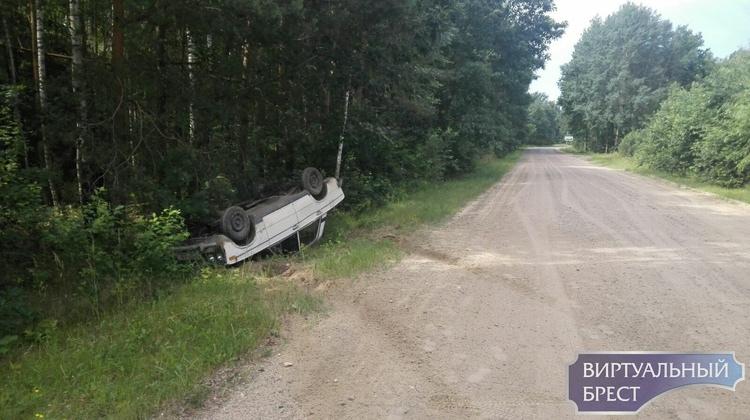 Бесправник на ВАЗ на гравийке не смог совладать с машиной и перевернул её в кусты