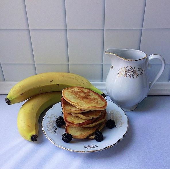 РЕЦЕПТЫ ДЛЯ ДЕТЕЙ. ЗДОРОВОЕ ПИТАНИЕ. Банановые оладушки : - 2 банана;- 2 яйца;- 100 гр. муки;Бананы размять, добавить яйца и муку, всё аккуратно перемешать и выпекать на разогретой